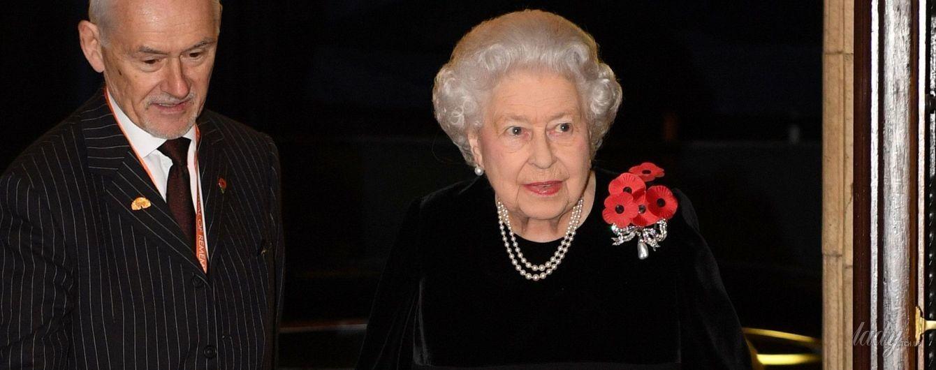 В бархатном платье и лаковых туфлях: новый стильный образ королевы Елизаветы II