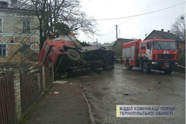 На Тернопольщине грузовик перевернулся, убив мужчину