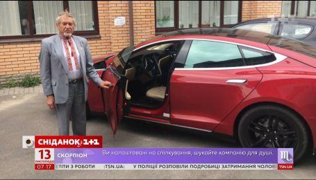 """Пасічник Микола Улянич розказав, звідки в нього електромобіль """"Тесла"""""""