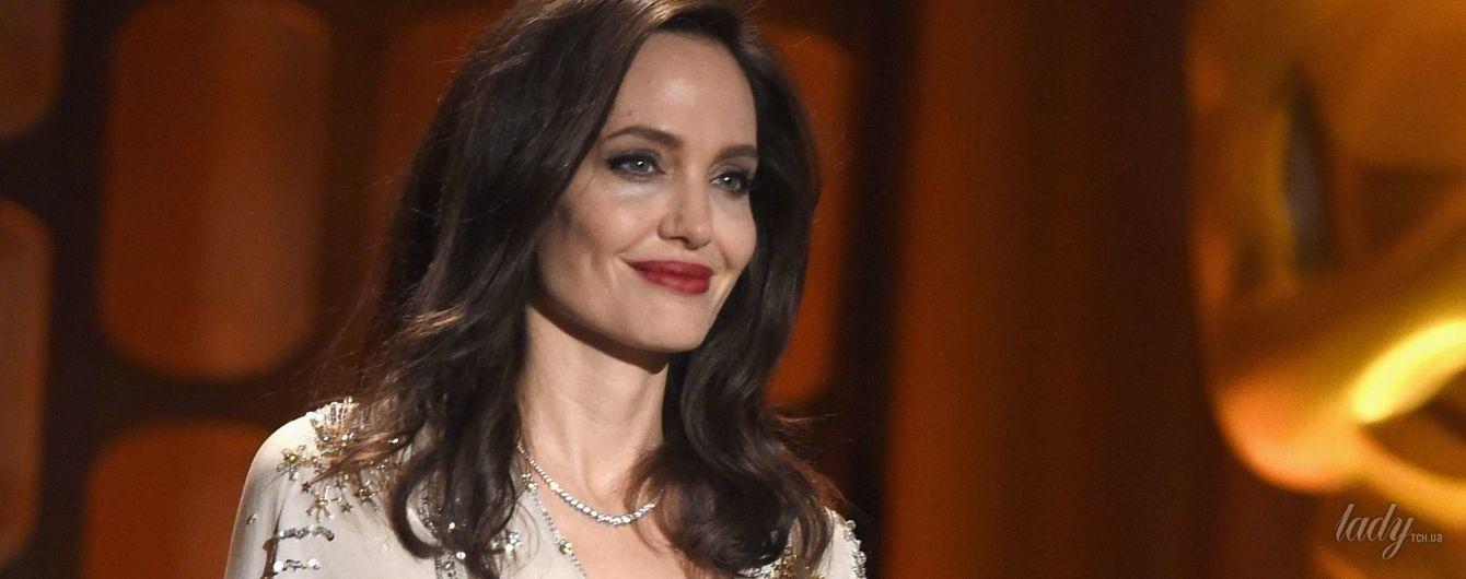 В платье с разрезом за 2 тысячи долларов: Анджелина Джоли посетила светскую церемонию