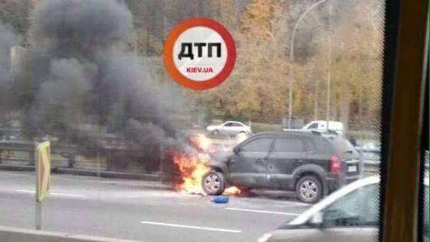 В Киеве посреди дороги загорелся автомобиль с пассажирами