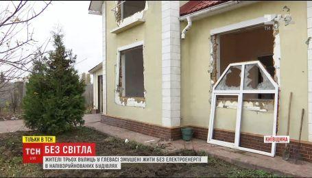 Отрезанные от мира: на Киевщине селяне 15 лет живут без света