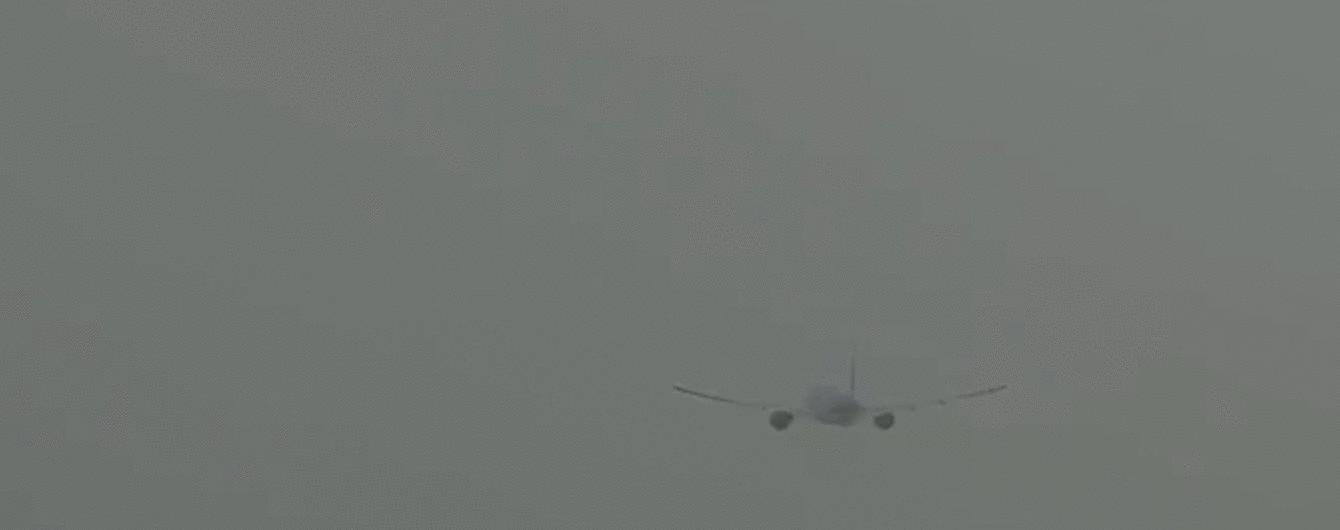 У Мережі показали відео, як блискавка влучила у пасажирський літак в Амстердамі