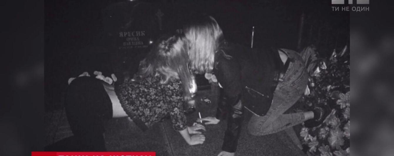 На Львовщине школьницы устроили жуткую вечеринку на кладбище