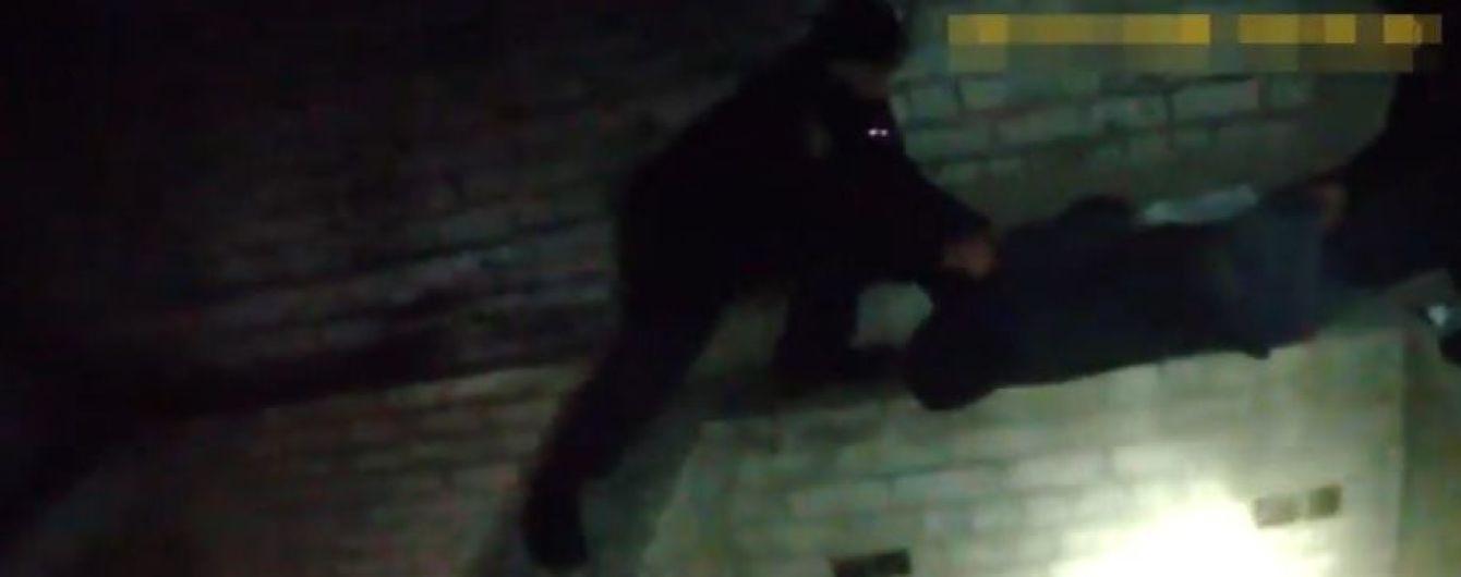 В Херсоне полицейские спасли парня без сознания, который чуть не упал в шахту лифта