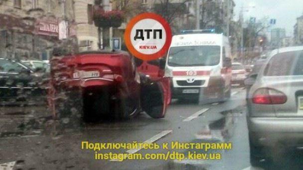 В центре Киева на скользкой дороге перевернулся автомобиль