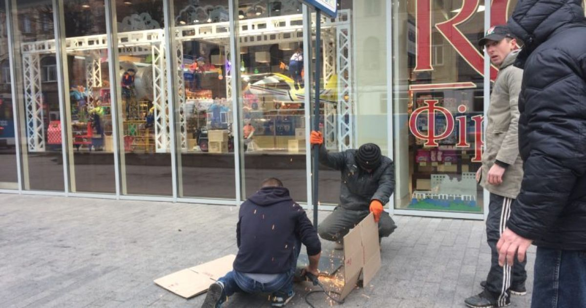 """Робітники демонтують вивіску """"Зупинка """"Магазин Roshen"""""""" @ Veжа"""