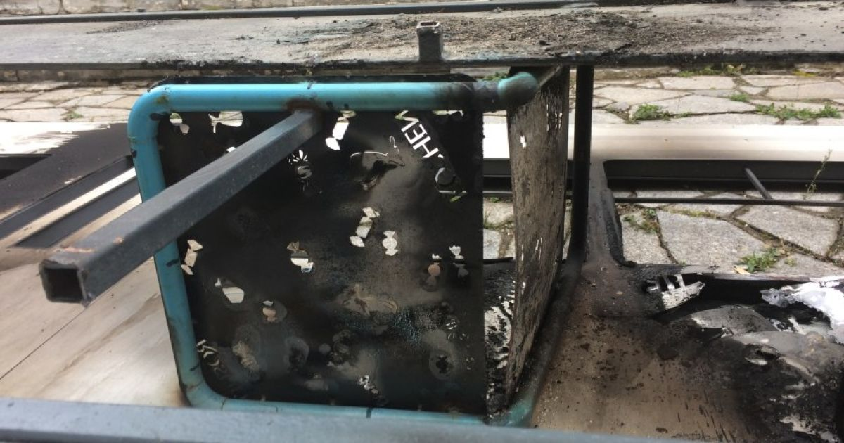 Спалений макет трамвая біля магазину Roshen @ Veжа