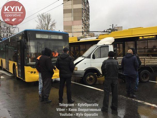 В Киеве Skoda протаранила авто, которое от удара влетело в троллейбус
