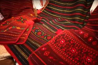 Майстриня з Коломийщини вишиває сорочки неймовірної краси та оздоблює рушники за сюжетами пісень