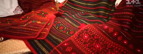 Мастерица из Коломыйщины вышивает рубашки невероятной красоты и украшает полотенца по сюжетам песен