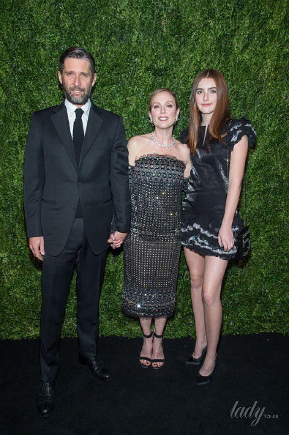 Джулианна Мур с мужем и дочкой