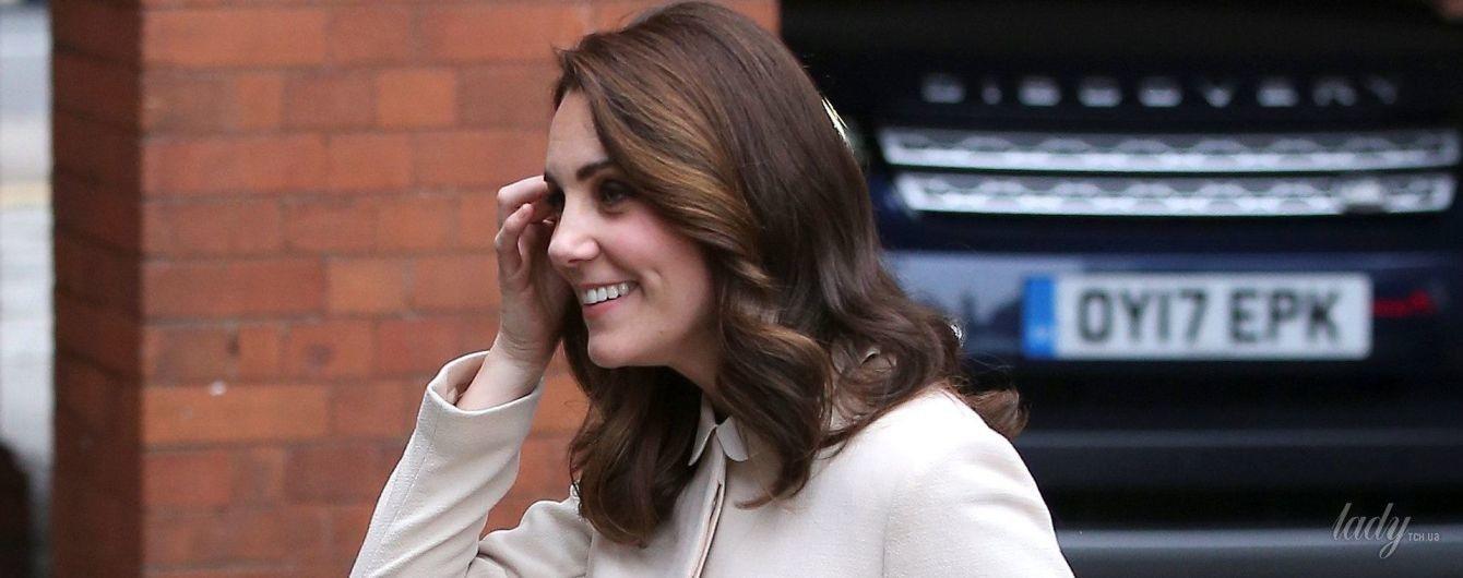 Выглядит шикарно: беременная герцогиня Кембриджская в нежном образе посетила детский центр