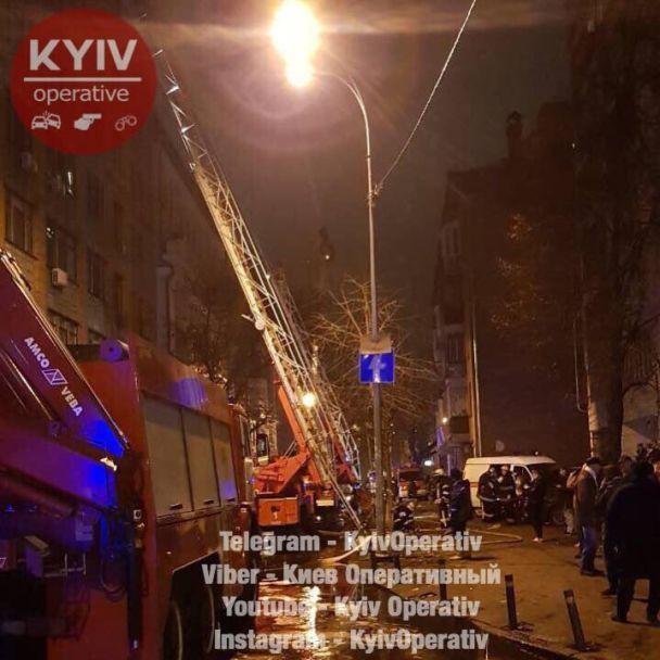 В Киеве из-за ночного пожара эвакуировали жильцов многоэтажки