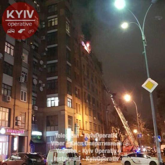 У Києві через нічну пожежу евакуювали мешканців багатоповерхівки
