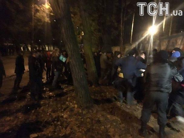 Ночные страсти в Киеве: конфликт из-за застройки перерос в драку с фаерами и газом