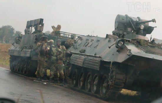 """Кризис в Зимбабве: военные захватили телерадиокомпанию и угрожают """"вечному"""" президенту"""