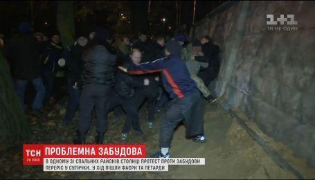 В Киеве люди с кулаками защищали сквер