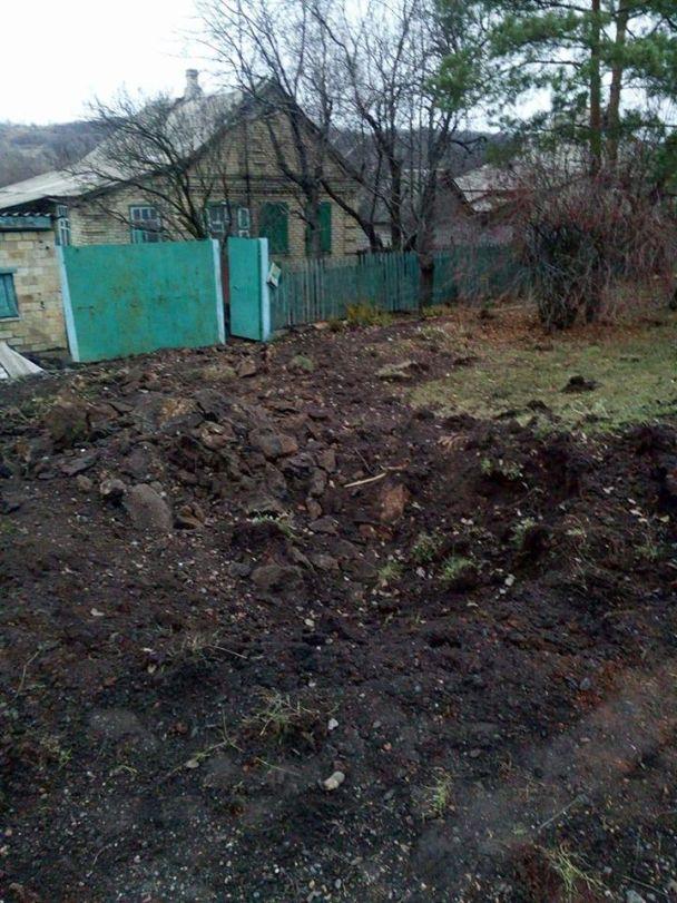Руины дома и воронки вместо дороги: появились фото обстрелянной боевиками Бахмутки