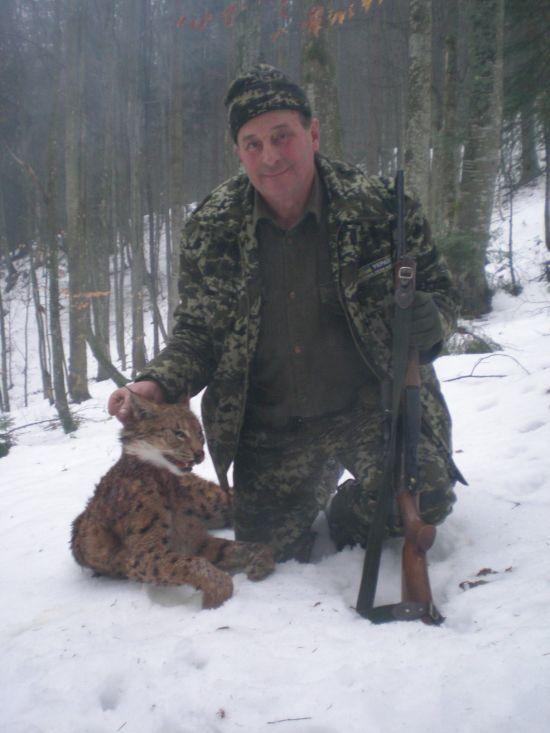 Резонансні фото єгерів з впольованою риссю опублікував лісник, чий батько підозрюється в браконьєрстві