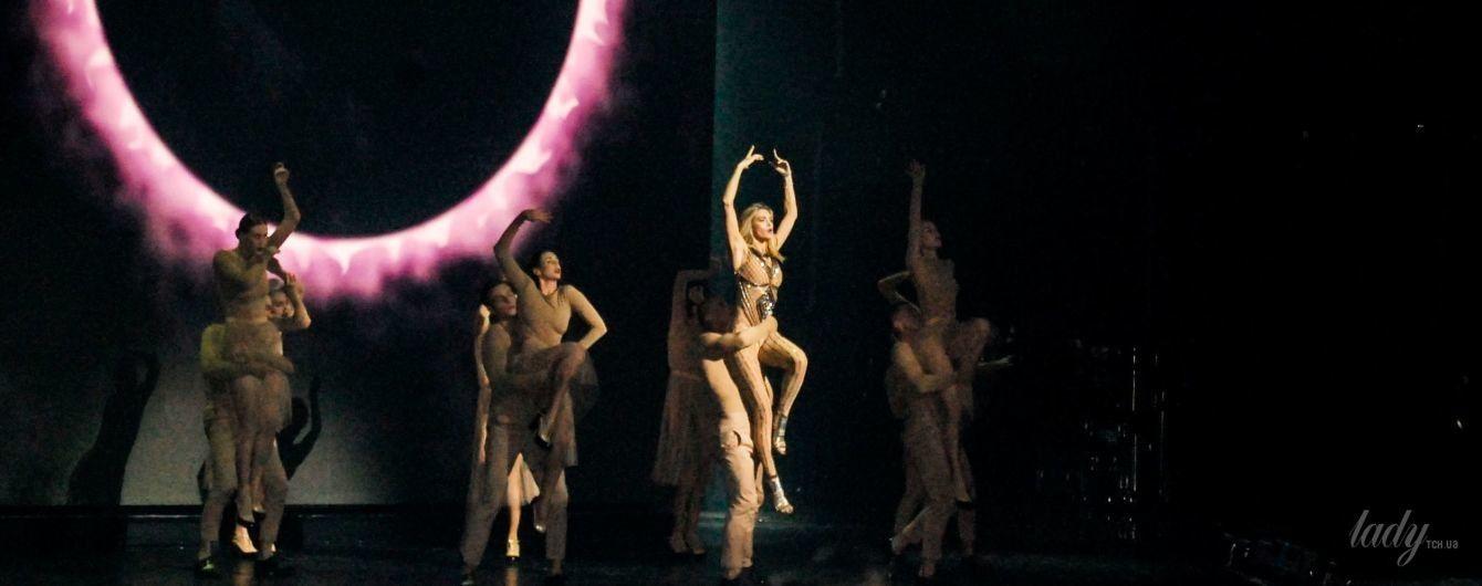 Мокрая и сексуальная: Вера Брежнева в обтягивающем комбинезоне появилась на сцене в Киеве