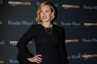 В черном платье и с ретро-прической: очаровательный образ Кейт Уинслет на премьере фильма