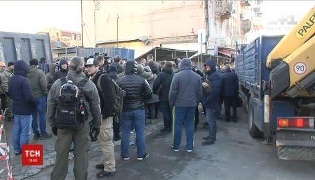 Протест депутатов против скандального строительства в Киеве закончился потасовкой с охранниками
