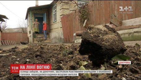 Десятки воронок и поврежденное дома: жители Зайцевого приходят в себя после мощного обстрела