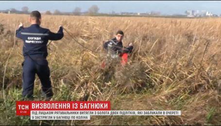 Спасатели вытащили из болота под Луцком двух подростков