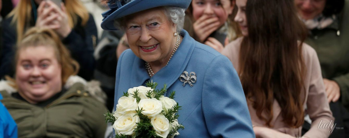В синем пальто и шляпе с яркими перьями: королева Елизавета II вновь впечатлила образом