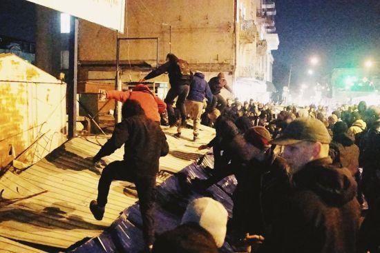 Націоналісти розтрощили будівельний майданчик на місці Сінного ринку у Києві