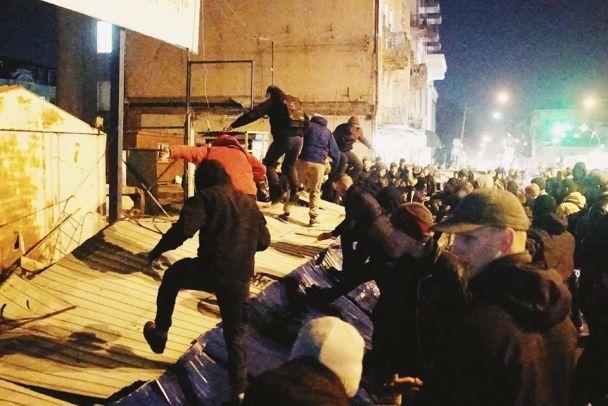 Местные власти вынудили застройщика Сенного рынка снести забор иостановить работы