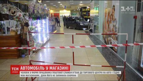 В Харькове мужчина на машине протаранил вход гипермаркета и проехал между магазинами