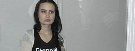 Активистку Femen, которая сожгла трамвай возле магазина Roshen в Виннице, посадили под домашний арест