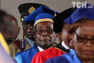 Мугабе вперше з'явився на публіці після перевороту. Йому аплодували