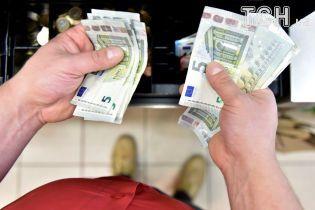 После выходных доллар и евро подорожали в курсах валют Нацбанка. Инфографика