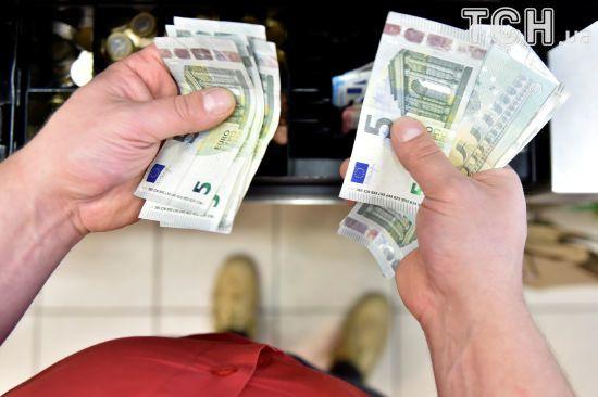 Після вихідних долар і євро здорожчають у курсах валют Нацбанку. Інфографіка