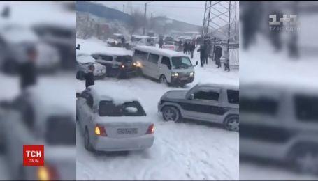 В российском Владивостоке зимняя непогода вызвала масштабную автотрощу