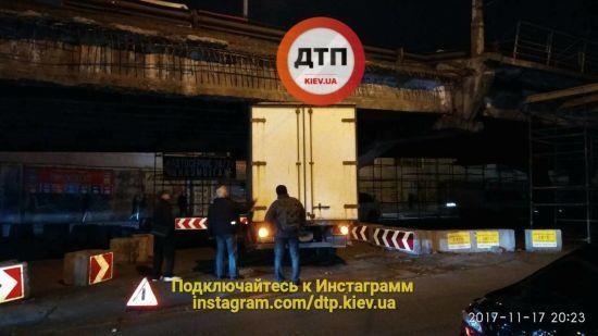 І ні туди, і ні сюди. В Києві під занизьким шляхопроводом застрягла вантажівка