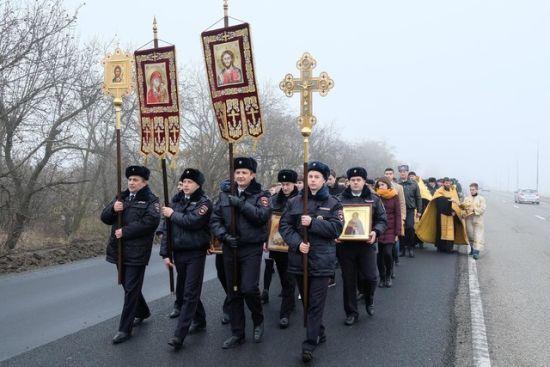 Вдарили духовністю по бездоріжжю: у Росії інспектори автоінспекції влаштували хресну ходу проти ДТП