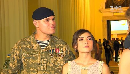 Історія фронтового кохання: військовий та журналістка вийшли на паркет разом