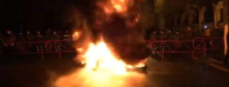 Активисты подожгли шины под Администрацией президента и наведались к особняку Порошенко