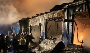 У Києві вночі горіли складські приміщення з фарбами