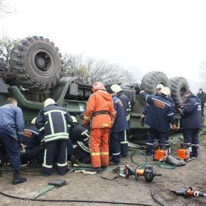 В сети показали фото разбитой военной машины, которая перевернулась в Запорожье