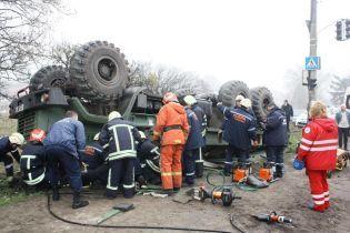 У мережі показали фото понівеченої військової автівки, що перекинулась у Запоріжжі