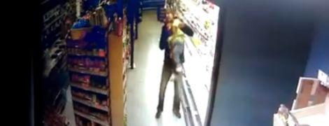 Медики прокомментировали состояние девочки, которую головой вниз уронил мужчина в супермаркете Кропивницкого