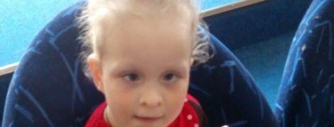 Подарите трехлетней Меланке первые самостоятельные шаги