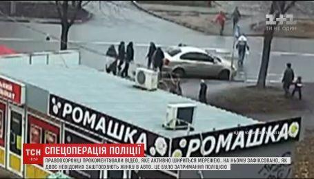 У поліції прокоментували відео, як у Києві невідомі на очах перехожих заштовхують жінку в авто