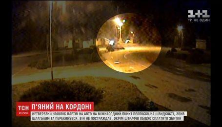 На Буковине водитель на большой скорости влетел в пограничный пункт пропуска