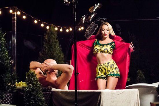 """Полякова у панчохах показала, як грала в першій українській секс-комедії """"Свінгери"""""""